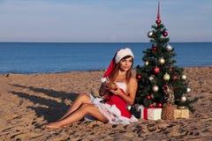 Χριστουγεννιάτικο δέντρο κοριτσιών στο νότο στην παραλία Στοκ Φωτογραφία