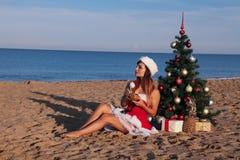 Χριστουγεννιάτικο δέντρο κοριτσιών στο νότο στην παραλία Στοκ Εικόνες