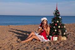 Χριστουγεννιάτικο δέντρο κοριτσιών στο νότο στην παραλία Στοκ φωτογραφία με δικαίωμα ελεύθερης χρήσης