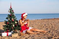 Χριστουγεννιάτικο δέντρο κοριτσιών στο νότο στην παραλία Στοκ Φωτογραφίες
