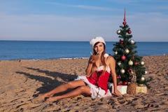 Χριστουγεννιάτικο δέντρο κοριτσιών στο νότο στην παραλία Στοκ φωτογραφίες με δικαίωμα ελεύθερης χρήσης