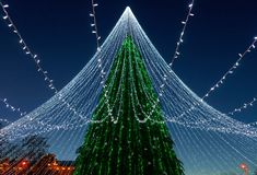 Χριστουγεννιάτικο δέντρο με εγκατεστημένο το διακόσμηση τετράγωνο καθεδρικών ναών Vilnius Στοκ εικόνα με δικαίωμα ελεύθερης χρήσης