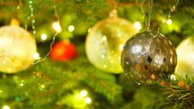 Χριστουγεννιάτικο δέντρο με τα νέα φω'τα και τις σφαίρες έτους απόθεμα βίντεο