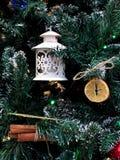 Χριστουγεννιάτικο δέντρο με τα παιχνίδια Παιχνίδια από τους ξηρούς καρπούς, λεμόνι στοκ φωτογραφία