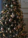Χριστουγεννιάτικο δέντρο με τα ρόδινα παιχνίδια και cubs, για να προετοιμαστούν για τις διακοπές Χριστουγέννων δασικός knurled ευ στοκ εικόνα