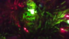 Χριστουγεννιάτικο δέντρο με τα φω'τα αστραπής επάνω-κοντά με την επίδραση θαμπάδων απόθεμα βίντεο