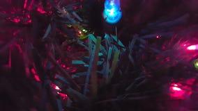 Χριστουγεννιάτικο δέντρο με τα φω'τα αστραπής επάνω-κοντά απόθεμα βίντεο