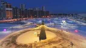 Χριστουγεννιάτικο δέντρο με τα φω'τα νεράιδων στην ανώτερη άποψη λεωφόρων αγορών απόθεμα βίντεο