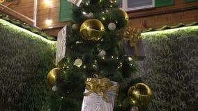 Χριστουγεννιάτικο δέντρο με τα φω'τα υπαίθρια φιλμ μικρού μήκους