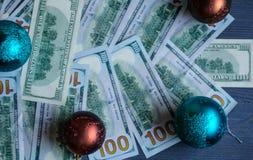 Χριστουγεννιάτικο δέντρο με τα χρήματα με τα παιχνίδια Χριστουγέννων όπως το υπόβαθρο Στοκ Φωτογραφία