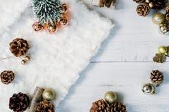 Χριστουγεννιάτικο δέντρο με τα χρυσούς μπιχλιμπίδια και τους κώνους πεύκων στο εορταστικό άσπρο υπόβαθρο στοκ εικόνα με δικαίωμα ελεύθερης χρήσης