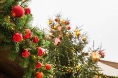 Χριστουγεννιάτικο δέντρο με τη διακόσμηση και τη διακόσμηση σφαιρών Χριστουγέννων Στοκ Φωτογραφία
