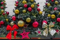 Χριστουγεννιάτικο δέντρο με τη διακόσμηση και τη διακόσμηση σφαιρών Χριστουγέννων Στοκ Εικόνες