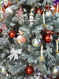 Χριστουγεννιάτικο δέντρο με τη σφαίρα και τα παιχνίδια Στοκ φωτογραφία με δικαίωμα ελεύθερης χρήσης