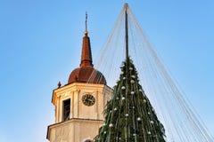 Χριστουγεννιάτικο δέντρο με τις διακοσμήσεις και καμπαναριό στον καθεδρικό ναό τετραγωνικό Vilnius Στοκ Φωτογραφίες