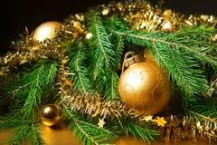 Χριστουγεννιάτικο δέντρο με τις διακοσμήσεις Στοκ φωτογραφίες με δικαίωμα ελεύθερης χρήσης