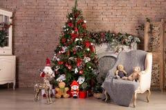 Χριστουγεννιάτικο δέντρο με τις ζωηρόχρωμα σφαίρες και τα κιβώτια δώρων πέρα από το τουβλότοιχο Νέα έννοια Χριστουγέννων έτους Εσ στοκ φωτογραφία με δικαίωμα ελεύθερης χρήσης