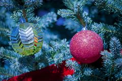 Χριστουγεννιάτικο δέντρο με τις κόκκινες και χρυσές σφαίρες στοκ φωτογραφία
