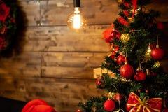 Χριστουγεννιάτικο δέντρο με τις όμορφες διακοσμήσεις στη Παραμονή Χριστουγέννων στοκ εικόνες