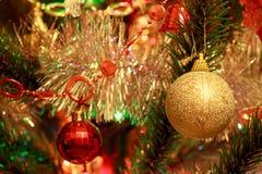 Χριστουγεννιάτικο δέντρο με τις όμορφες σφαίρες Χριστουγέννων Στοκ εικόνες με δικαίωμα ελεύθερης χρήσης