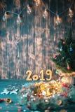 Χριστουγεννιάτικο δέντρο με τους χρυσούς αριθμούς 2019 σε ένα ξύλινο υπόβαθρο στοκ εικόνα με δικαίωμα ελεύθερης χρήσης