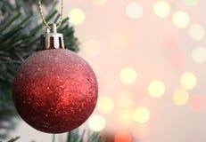 Χριστουγεννιάτικο δέντρο με το δώρο σφαιρών διακοσμήσεων με το φως bokeh backg στοκ εικόνες