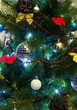 Χριστουγεννιάτικο δέντρο με το φωτισμό και τα ζωηρόχρωμα διακοσμητικά στοιχεία Στοκ Εικόνα