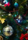 Χριστουγεννιάτικο δέντρο με το φωτισμό και τα ζωηρόχρωμα διακοσμητικά στοιχεία Στοκ Εικόνες