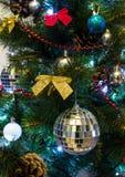 Χριστουγεννιάτικο δέντρο με το φωτισμό και τα ζωηρόχρωμα διακοσμητικά στοιχεία Στοκ Φωτογραφία