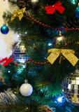 Χριστουγεννιάτικο δέντρο με το φωτισμό και τα ζωηρόχρωμα διακοσμητικά στοιχεία Στοκ Φωτογραφίες