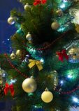Χριστουγεννιάτικο δέντρο με το φωτισμό και τα ζωηρόχρωμα διακοσμητικά στοιχεία Στοκ φωτογραφία με δικαίωμα ελεύθερης χρήσης