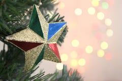 Χριστουγεννιάτικο δέντρο με το χρυσό αστέρι διακοσμήσεων με το φως bokeh backg στοκ φωτογραφία με δικαίωμα ελεύθερης χρήσης