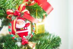 Χριστουγεννιάτικο δέντρο με χαριτωμένο μικροσκοπικό λίγος Άγιος Βασίλης Στοκ Εικόνες
