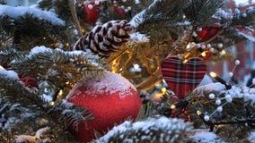 Χριστουγεννιάτικο δέντρο οδών Σφαίρες, γιρλάντες και διακοσμήσεις Χριστουγέννων στα κομψά δέντρα στοκ εικόνα
