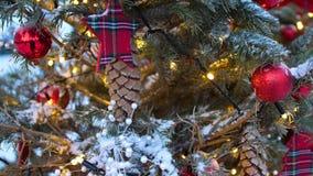 Χριστουγεννιάτικο δέντρο οδών Σφαίρες, γιρλάντες και διακοσμήσεις Χριστουγέννων στα κομψά δέντρα απόθεμα βίντεο