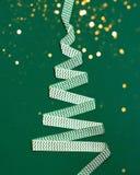 Χριστουγεννιάτικο δέντρο που γίνεται από την κορδέλλα στοκ εικόνες με δικαίωμα ελεύθερης χρήσης