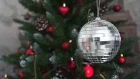 Χριστουγεννιάτικο δέντρο που διακοσμείται με τη σφαίρα disco καθρεφτών απόθεμα βίντεο