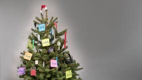 Χριστουγεννιάτικο δέντρο που διακοσμείται με τις διακοσμήσεις των επιχειρησιακών στοιχείων και των λέξεων κλειδιών post-it στις σ Στοκ εικόνες με δικαίωμα ελεύθερης χρήσης
