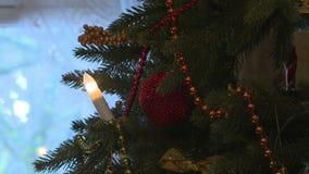 Χριστουγεννιάτικο δέντρο που διακοσμείται με τις σφαίρες στα φω'τα σπινθηρίσματος φιλμ μικρού μήκους
