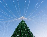 Χριστουγεννιάτικο δέντρο που εγκαθίσταται στην πλατεία Vilnius κατά τη διάρκεια της εμφάνισης Στοκ Εικόνες