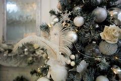 Χριστουγεννιάτικο δέντρο, που ντύνεται στα άσπρα και ασημένια χρώματα Με τα άσπρες φτερά και τις σφαίρες στοκ φωτογραφία με δικαίωμα ελεύθερης χρήσης