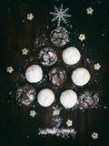 Χριστουγεννιάτικο δέντρο που χτίζεται της σοκολάτας μπισκότων με τις ρωγμές και το άσπρο κουλουράκι Κέικ εμφάνισης Νέο έτος, κάρτ Στοκ εικόνα με δικαίωμα ελεύθερης χρήσης