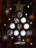 Χριστουγεννιάτικο δέντρο που χτίζεται της σοκολάτας μπισκότων με τις ρωγμές και το άσπρο κουλουράκι Κέικ εμφάνισης Νέο έτος, κάρτ Στοκ Εικόνες