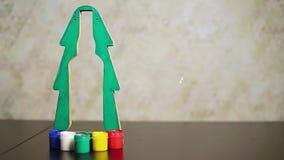 Χριστουγεννιάτικο δέντρο Πράσινης Βίβλου κινηματογραφήσεων σε πρώτο πλάνο με την περίληψη εσωτερικών διακοπής του μπουκαλιού απόθεμα βίντεο