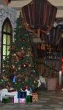 Χριστουγεννιάτικο δέντρο σε έναν άνετο καφέ hall_ στοκ εικόνες