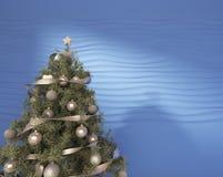 Χριστουγεννιάτικο δέντρο σε ένα μπλε Στοκ εικόνα με δικαίωμα ελεύθερης χρήσης