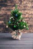 Χριστουγεννιάτικο δέντρο σε ένα ξύλινο θολωμένο υπόβαθρο στοκ φωτογραφίες με δικαίωμα ελεύθερης χρήσης