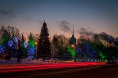 Χριστουγεννιάτικο δέντρο σε ένα τετράγωνο πόλεων Στοκ φωτογραφία με δικαίωμα ελεύθερης χρήσης