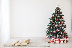 Χριστουγεννιάτικο δέντρο στην άσπρη αίθουσα στα Χριστούγεννα Στοκ εικόνα με δικαίωμα ελεύθερης χρήσης