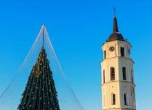 Χριστουγεννιάτικο δέντρο στην εμφάνιση Vilnius Λιθουανία πύργων κουδουνιών καθεδρικών ναών Στοκ εικόνα με δικαίωμα ελεύθερης χρήσης